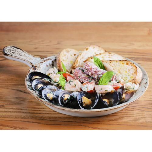 Зупета з морепродуктами та сицилійською сальсою