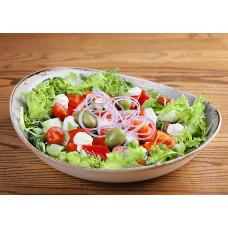 Салат зі свіжими овочами, оливками і сиром фета